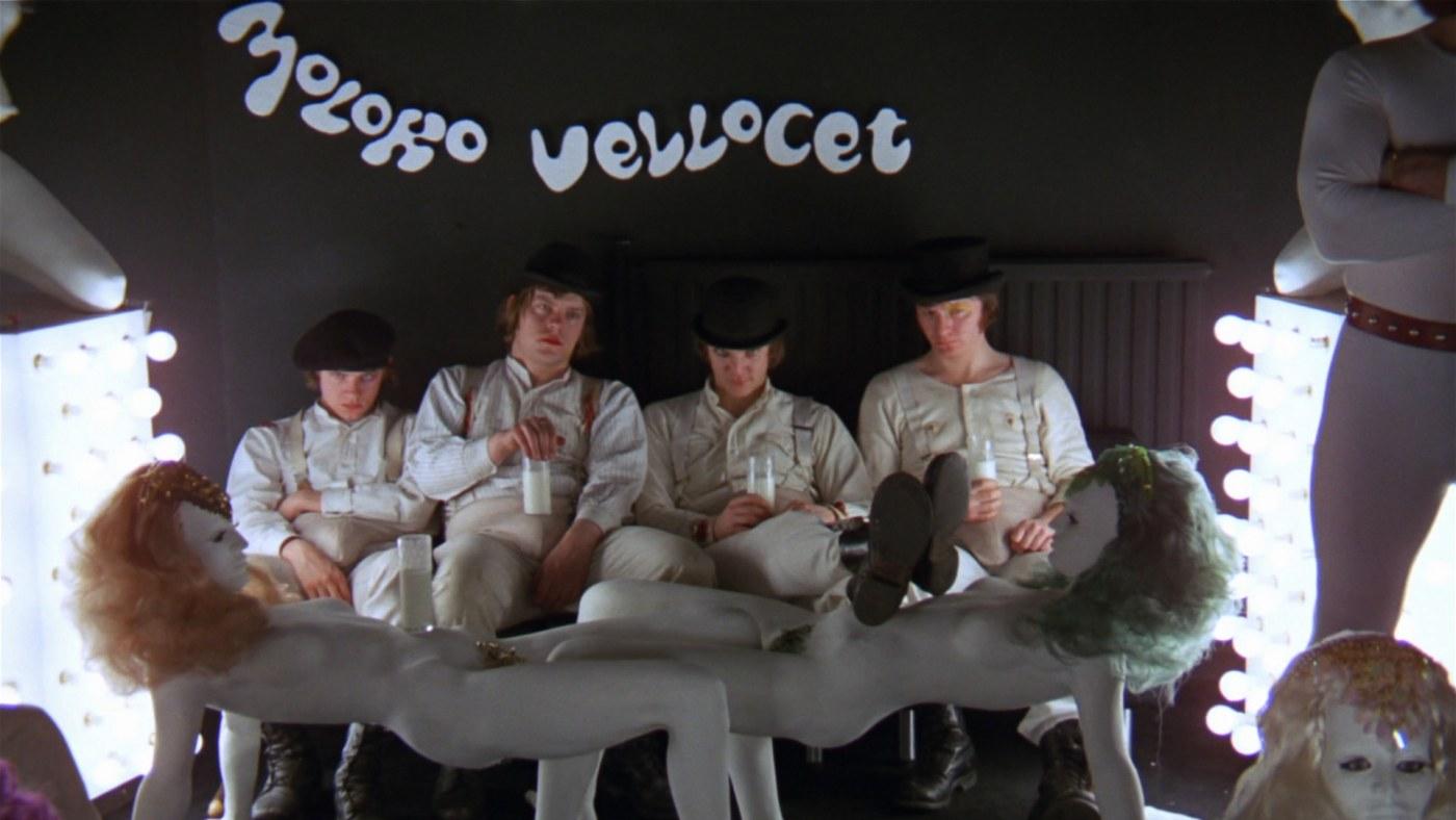 kadr z filmu przedstawiający scenę w barze mlecznym Korova